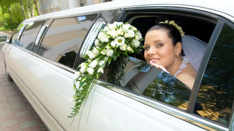 Das geschmückte Hochzeitsauto dient dem Transport des Brautpaars nach der Hochzeit; häufig werden besondere Wagen wie Oldtimer verwendet