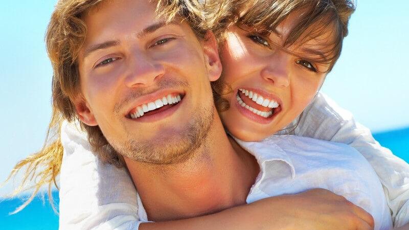 Bei Männern zählt z.B. ein breiter Kiefer dazu, bei Frauen sind es mitunter hohe Wangenknochen