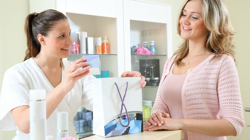 Näheres zum Berufsbild Kosmetiker/in, zu Ausbildung und Karrierechancen sowie Tipps für die Bewerbung um eine Anstellung als Kosmetikerin