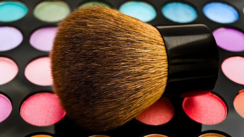 Wie ein Theater-Schminktisch aufgebaut ist und welche Utensilien man für das perfekte Make-up im Theater benötigt
