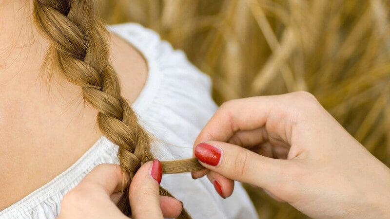 """Tipps zum """"Kreppen"""" der Haare ohne Kreppeisen - durch das Flechten von vielen kleinen Zöpfchen"""