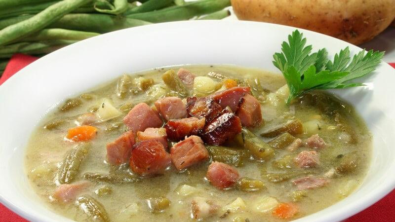 Suppen und Eintöpfe gibt es in Hülle und Fülle, sodass sich für jeden Geschmack das passende Gericht finden sollte - wir haben beliebte Arten und Sorten im Überblick