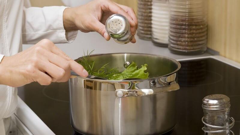 Schon mit ein paar einfachen Zutaten lässt sich versalzenes Essen oftmals noch retten - wir haben die passenden Tipps zusammengestellt