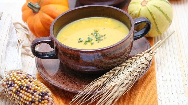 Um eine Suppe zu verdicken, eignen sich beispielsweise die Mehlschwitze, püriertes Gemüse, Brot oder das Auskochen von Suppenknochen