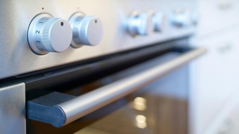 In der Regel sind günstigere Kochtöpfe für das Schmoren im Backofen nicht geeignet - dabei muss auch auf das Material der Griffe geachtet werden