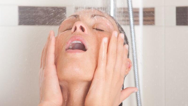 Da Schimmel gesundheitsschädlich und auch nicht sehr ansehnlich ist, sollten Duschvorhänge regelmäßig gereinigt werden