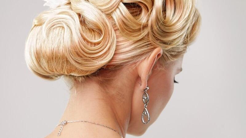Tipps zu klassischen Brautfrisuren für lange und kurze Haare und Anregungen für die Verwendung von Haarschmuck