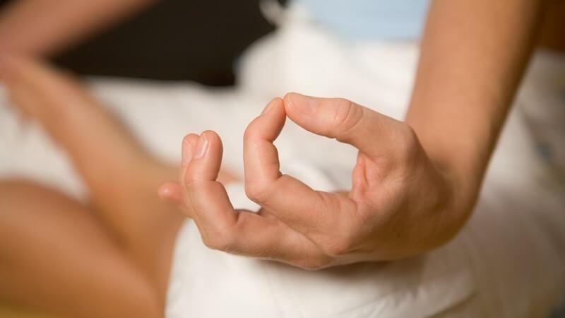 In leichten Fällen verschwinden bestimmte Zuckungen von selbst wieder; auch Entspannungsmethoden können helfen - Infos zu Lidzucken, Zittern, Tremor, Faszikulation, Tic und Co