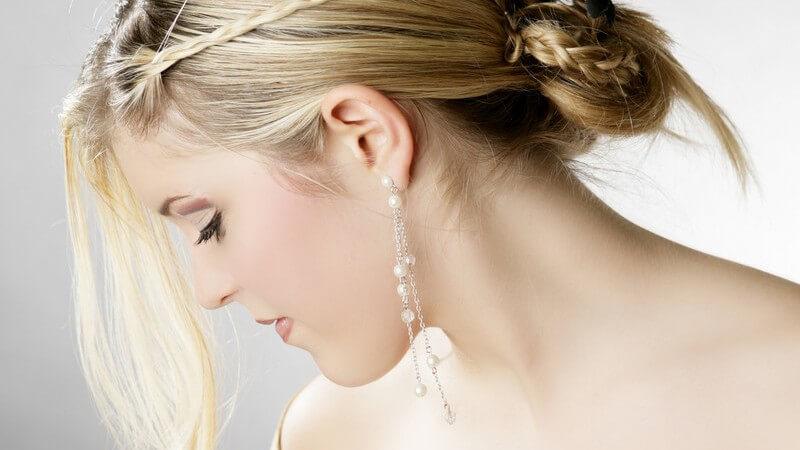 Ideen für Frisuren der Brautjungfern, die schick aussehen, aber der Braut nicht die Show stehlen