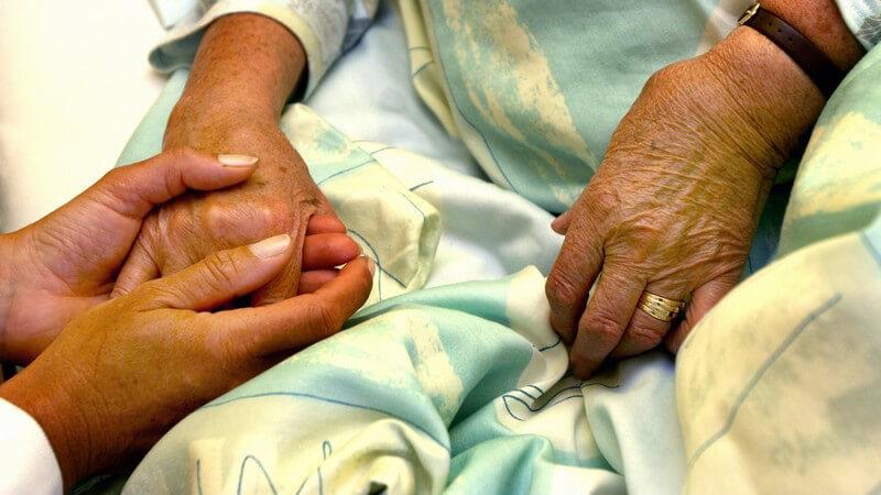 Zu den Risikofaktoren zählt mitunter auch eine dünne Haut, die z.B. bei älteren Menschen oder Diabetikern vorkommt