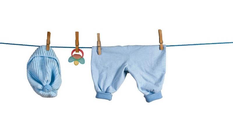 Wir geben Tipps, welche Babykleidung benötigt wird und worauf man in Sachen Qualität achten sollte