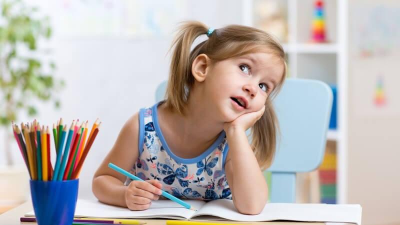 Wir zeigen, welche Kriterien gute Kindermöbel erfüllen müssen - von kindgerechten Sitzgruppen über Kinderbetten bis hin zu Teppichen