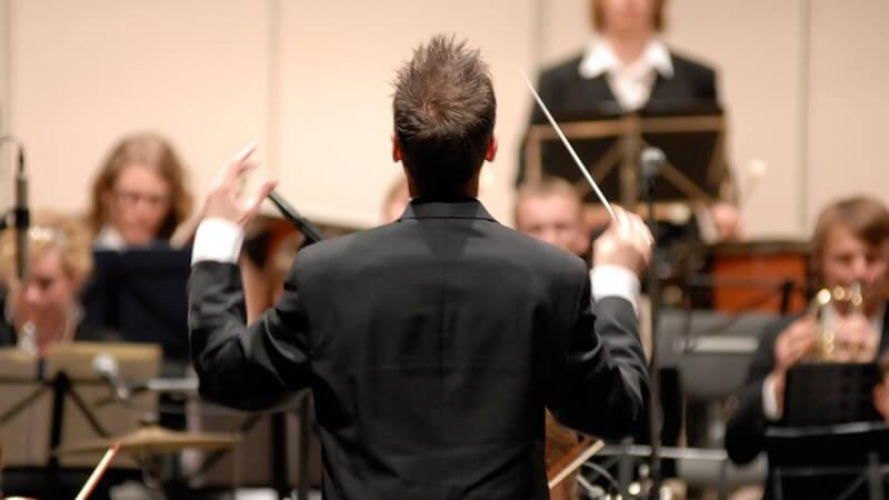 In einem Theater arbeiten diverse Berufsgruppen, z.B. Dramaturgen, Sänger, Regisseure, Bühnenmeister, Schauspieler, Tänzer oder Dirigenten