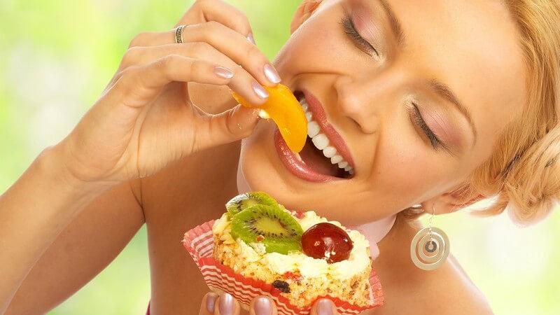 Zu den beliebtesten Früchten für eine Obsttorte zählen Erdbeeren, Johnannisbeeren, Himbeeren, Aprikosen oder Ananas