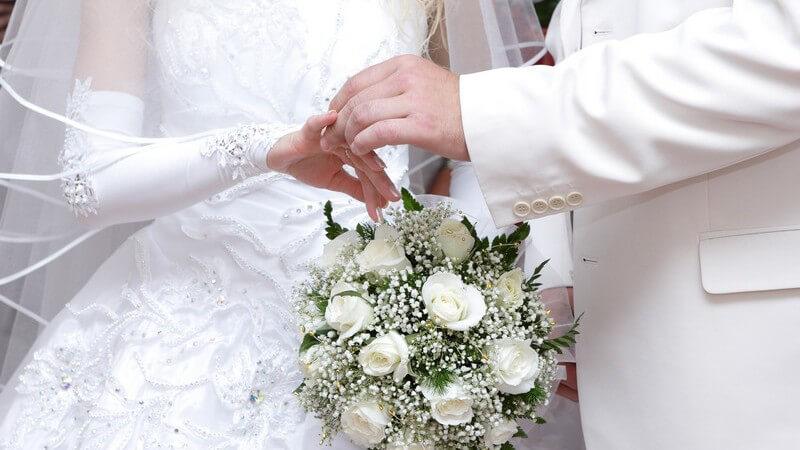 Finanzielle Vorzüge sind in der Regel nicht der Grund, aus dem geheiratet wird, auch wenn dies tatsächlich vorkommt - doch auch generell ist es gut zu wissen, wo man jetzt spart