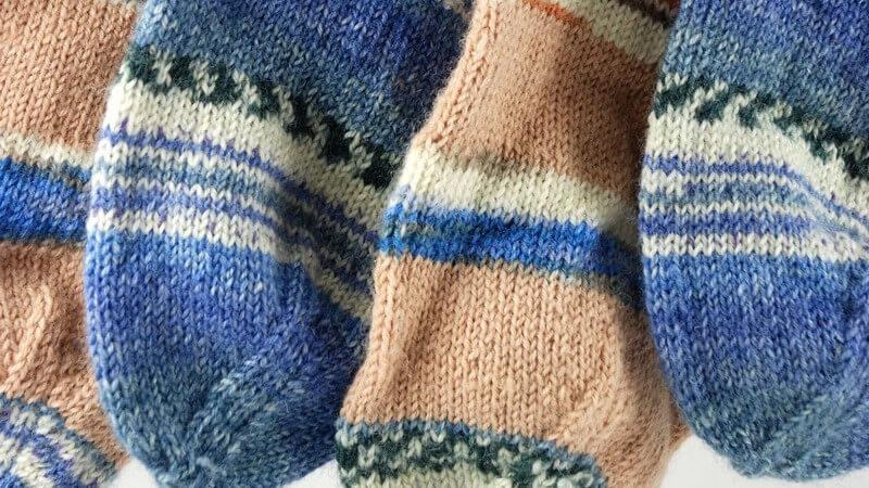Wir erklären, wie Sie mit Socken ganz einfach Locken in die Haare zaubern und diese dabei schonen