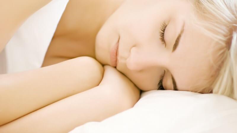 Emotionaler Stress, psychische Beschwerden sowie bestimmte Medikamente können die Somniloquie begünstigen