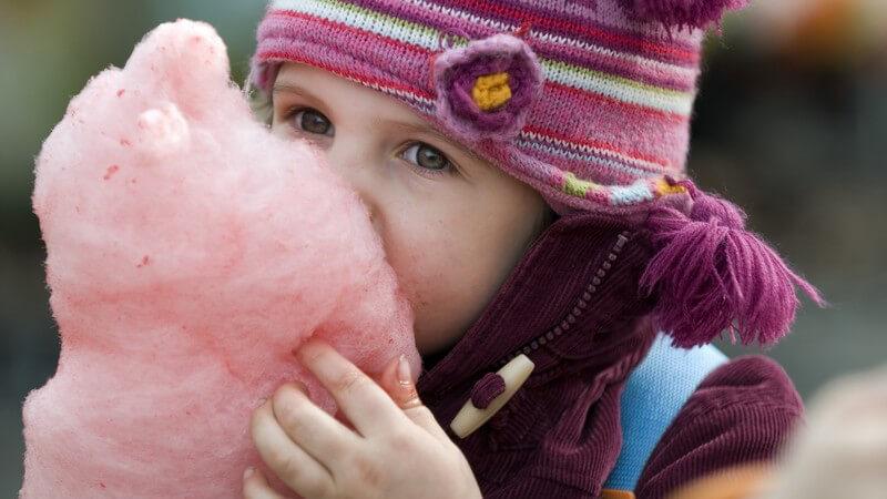 Süß, klebrig und in verschiedenen Farben kommt die Zuckerwatte daher - besonders auf Jahrmärkten sowie Volksfesten wird sie gerne konsumiert