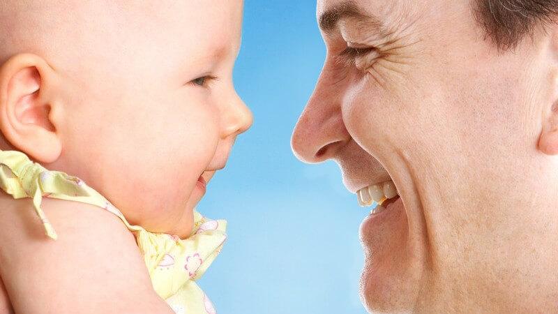 Wir zeigen, ab welchem Alter Babytragen geeignet sind und wie man das ideale Modell einer Tragehilfe finden kann
