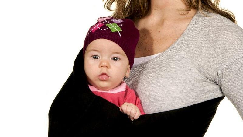 Wir informieren über die Vor- und Nachteile des Tragetuchs - manche Modelle können zu einer Gefahr für das Baby werden