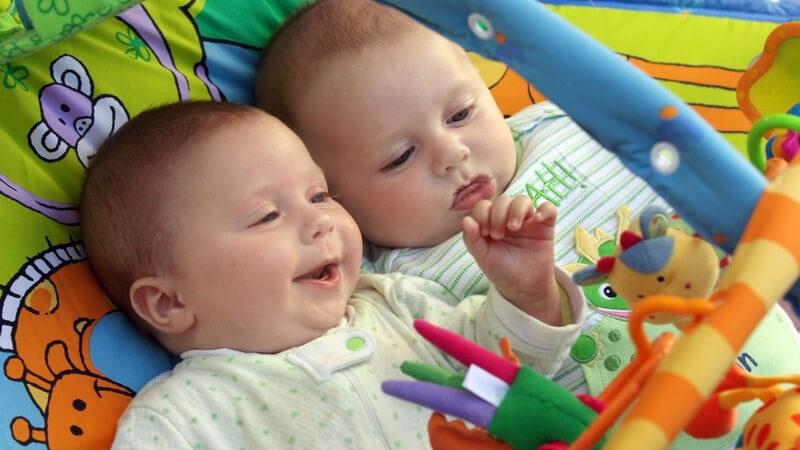 Mögliche Tragemodelle für zwei Babys