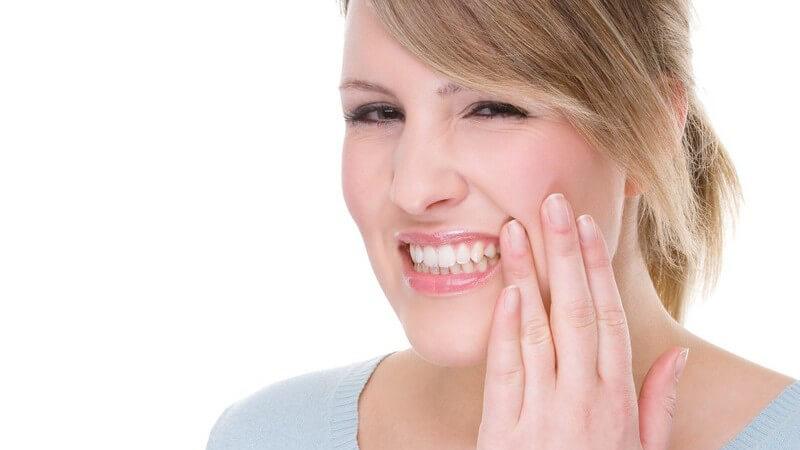 Als Auslöser gilt in der Regel der Rückgang von Zahnfleisch