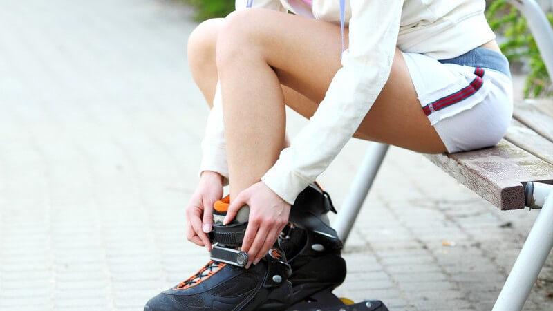 Für das Nordic Blading werden neben den Inlinern spezielle Stöcke verwendet; wichtig ist eine entsprechende Schutzausrüstung