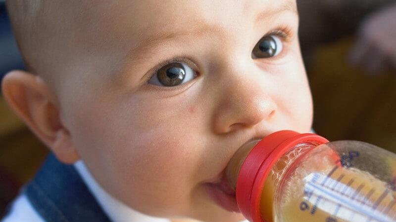 Besonders süße Getränke können bei Kleinkindern erhebliche Zahnprobleme entstehen lassen