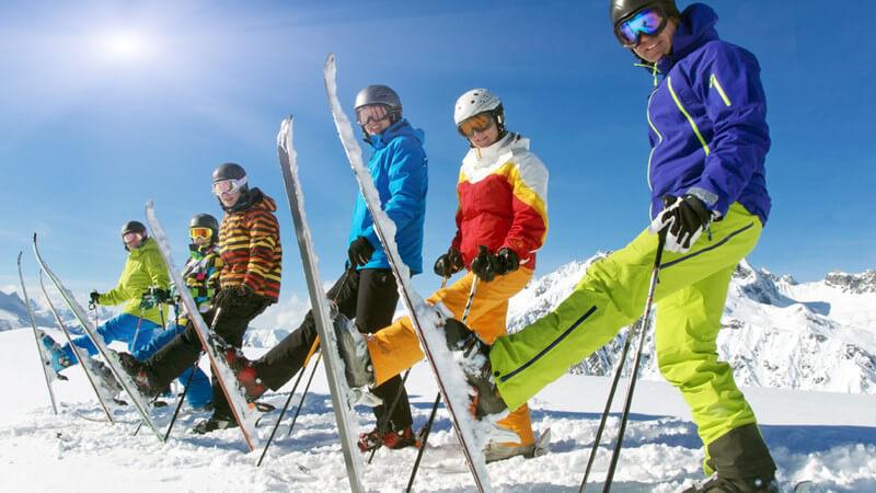Wir zeigen, worauf es beim Training für das Skifahren ankommt - unmittelbar vor der Abfahrt sollte man sich durch ein wenig Gymnastik aufwärmen