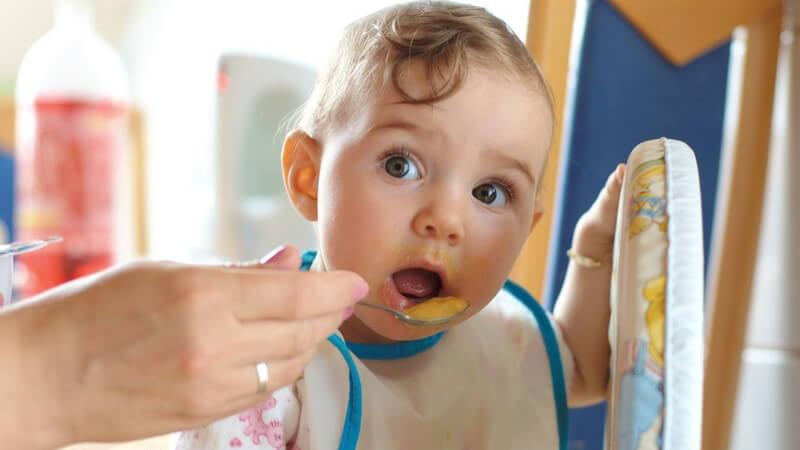 Wichtige Utensilien für die Ernährungsumstellung von Säuglingsnahrung zu Beikost - Durch Esszubehör kann das Baby im Essenlernen unterstützt werden