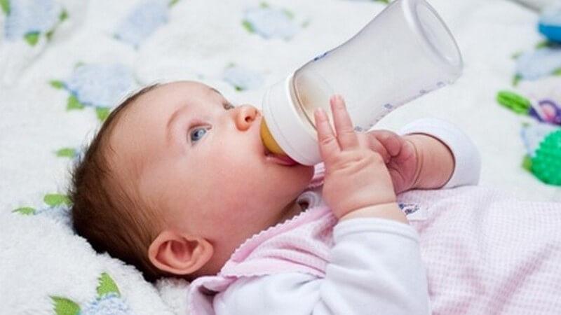 Getränke während der Beikost - was und wie viel das Baby trinken sollte