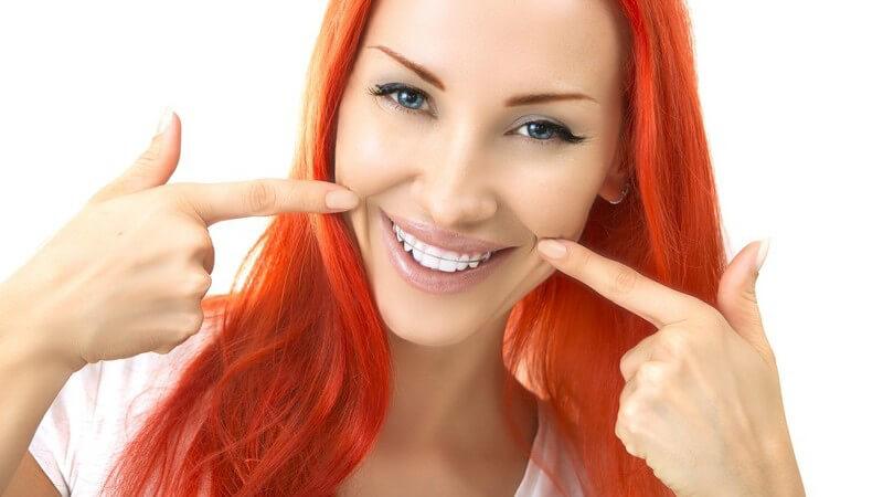 Mithilfe des Kofferdam-Gummis wird der Speichelzufluss unterbunden; der geöffnete Zahn lässt sich