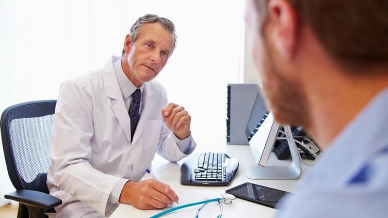 Zu den typischen Behandlungsmaßnahmen zählen Bettruhe sowie die Gabe von Antibiotika