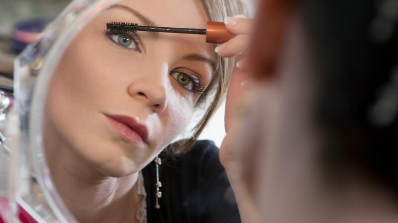 Um lange, starke und gepflegte Wimpern zu erzielen, kommen unterschiedliche Pflegemittel zum Einsatz