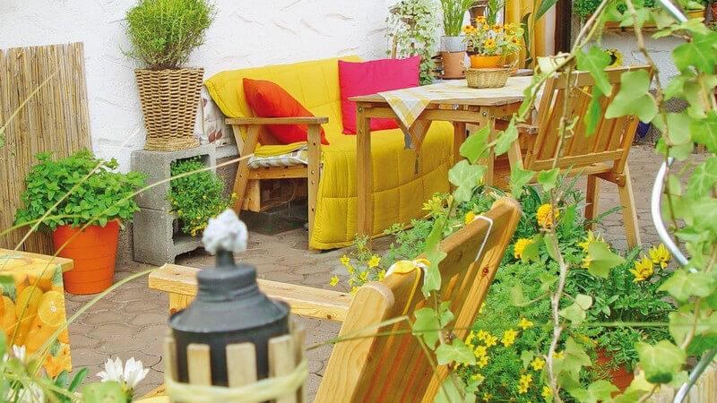 Je nach Lage bietet ein Balkon zu verschiedenen Tageszeiten viel Sonne oder bleibt eher im Schatten - auch dies ist bei der Pflanzenauswahl zu beachten