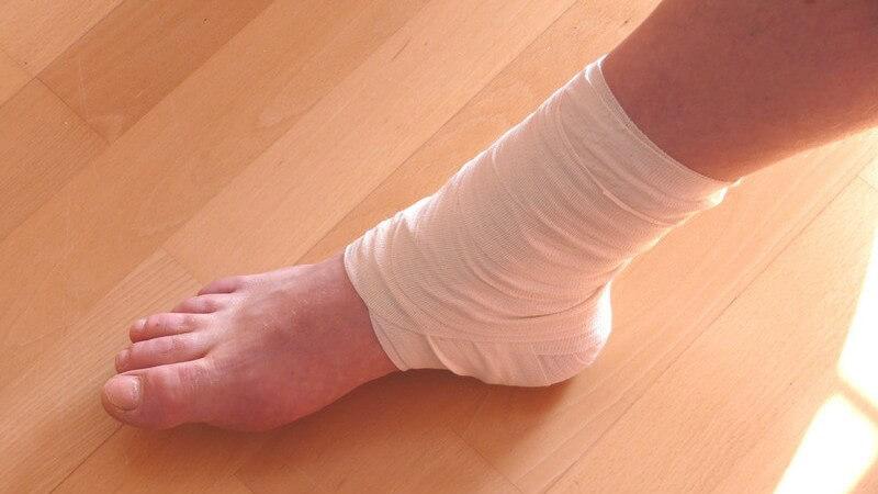 Als Auslöser der Haglund-Ferse gelten mitunter sportliche Belastungen sowie das Tragen unpassender Schuhe