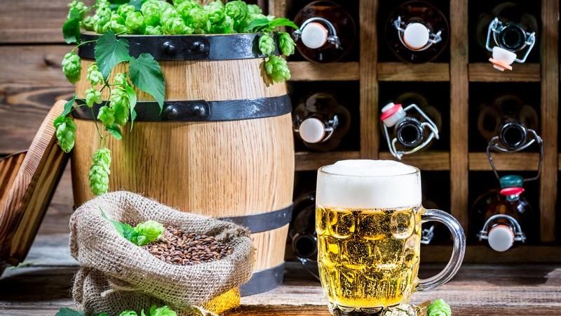 Krüge gibt es in großer Vielfalt, zum Beispiel als Bierkrug oder Weinkrug - Tonkrüge werden schon seit sehr langer Zeit genutzt