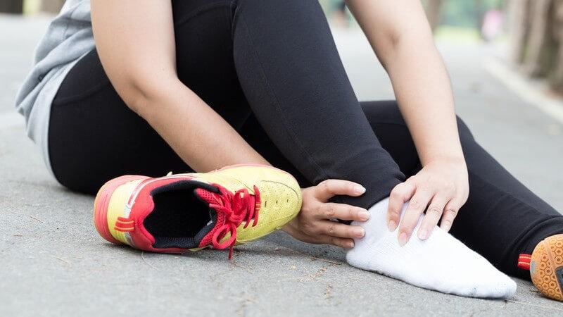 Eine Sprunggelenksfraktur ist meist Folge eines Unfalls, Sturzes oder Umknickens und wird durch Ruhigstellen oder operativ behandelt