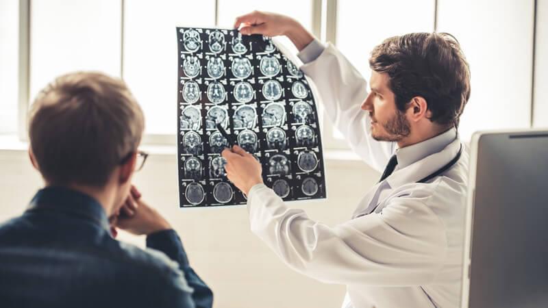 Gutartiger Hirntumor im Bereich der Hirnanhangsdrüse, der oft schon im Kindesalter auftritt