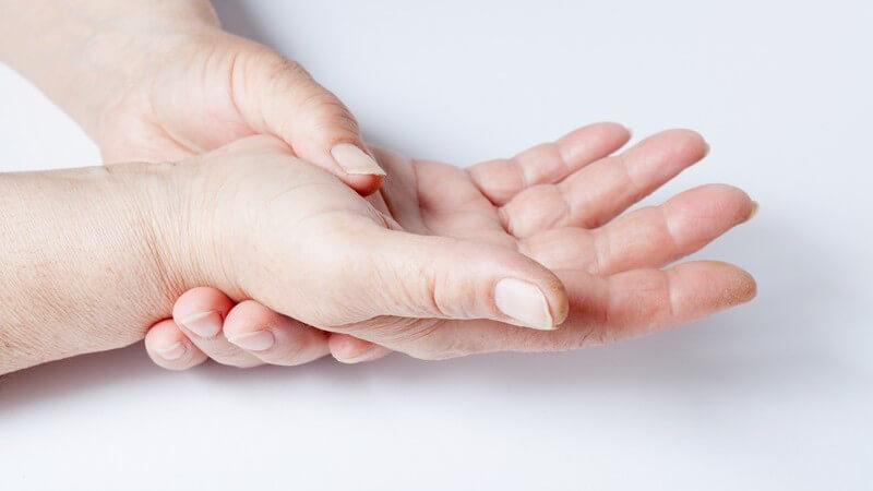 Verdickung der Fingerendglieder und Weichteilschwellung