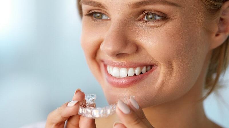 Die Aligner-Therapie und Lingualtechnik zur Korrektur von Zahnfehlstellungen bei Erwachsenen