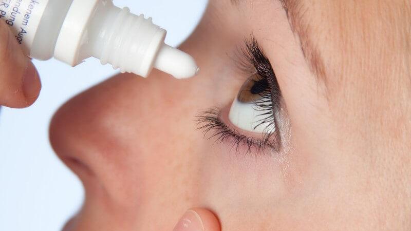 Häufig kommt es bei Augenflimmern zu Begleiterscheinungen wie Augenrötungen oder Augenbrennen - eine Operation erfolgt nur in seltenen Ausnahmen
