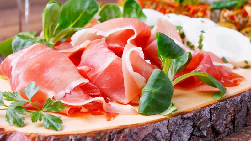Der Prosciutto die Parma benötigt eine lange Reifezeit und gehört zu den teuersten Aufschnittsorten