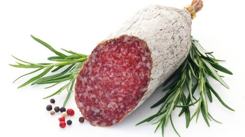 Die Salami ähnelt der Cervelatwurst; letztere ist jedoch deutlich feiner - Rind und Schwein gehören zu den dafür am häufigsten verwendeten Fleischsorten