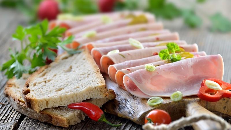 Servierbrett mit Bierschinken und Paprikawurst