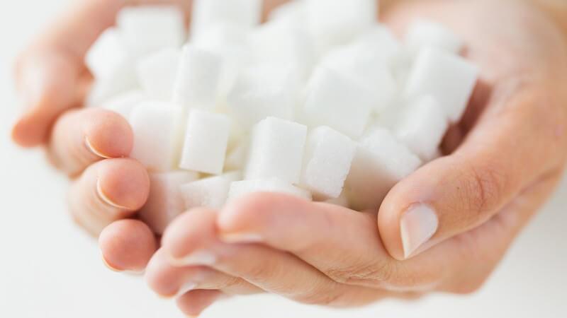 Würfelzucker gibt es in weiß oder braun und der Zuckerhut ist z.B. eine wichtige Zutat bei der Feuerzangenbowle