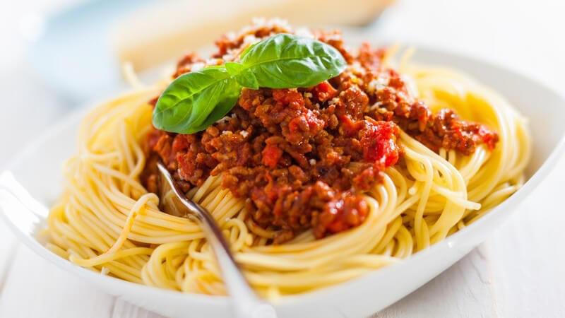 Spaghetti werden klassisch mit Bolognesesauce gegessen