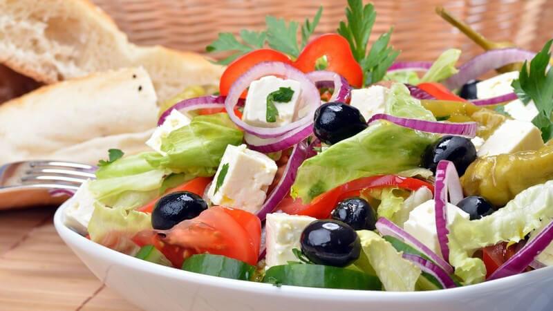 Beim eigenen Anbau von Eisbergsalat sollte man auf versetzte Anpflanzzeiten denken; abgesehen vom gemischen Salat passt der Eissalat zu verschiedenen Obstsorten