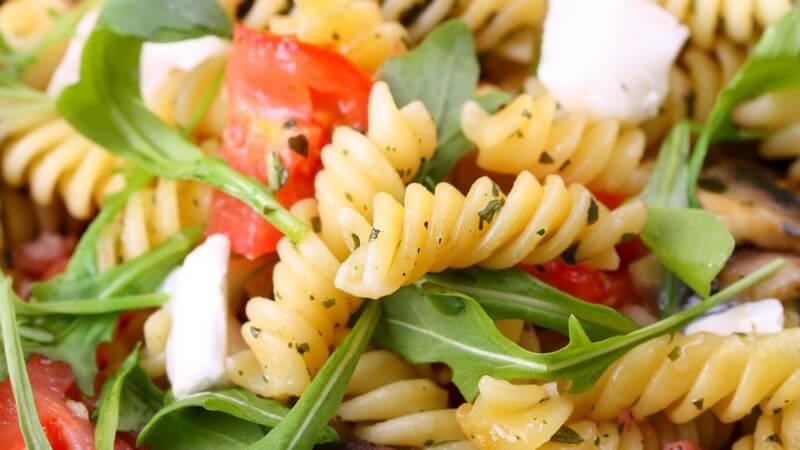 Die Rauke enthält Senföle, die ihr den besonderen Geschmack verleihen - man kann sie im gemischen Salat verwenden; besonders gut schmeckt Rucola aber auch auf der Pizza