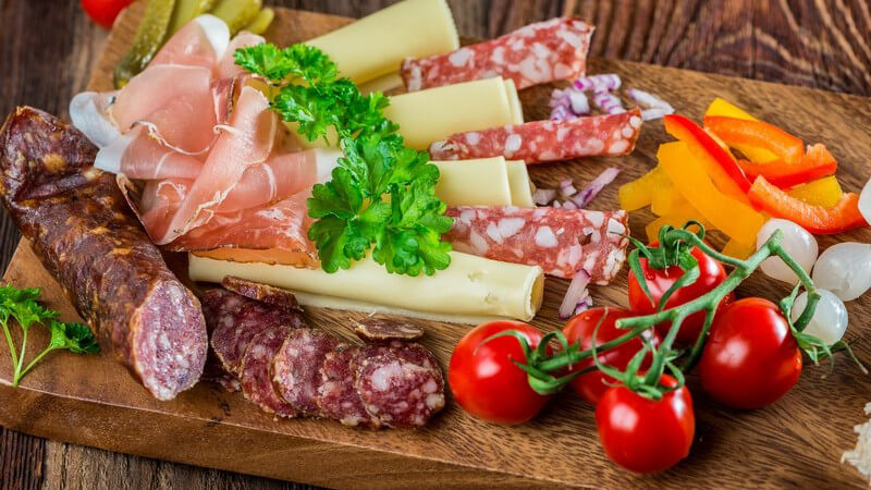 Perlzwiebeln eignen sich z.B. für die Verfeinerung von Salaten und Suppen; eingelegt reicht man sie gerne bei einem kalten Buffet
